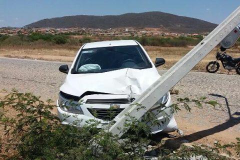 Veja o vídeo: Veículo de locadora fica parcialmente destruído após colidir em poste no início deste sábado 22, em Quixeramobim