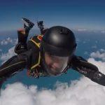 O cantor Waldonys passa por problemas durante salto de paraquedas, em Fortaleza