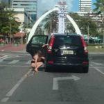 Mulher é flagrada urinando no meio da Av. Dom Luis, no bairro Meireles em Fortaleza