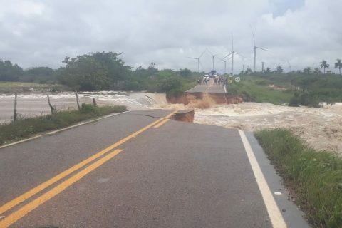 Veja o vídeo: Após chuva, correnteza destrói ponte de acesso a Icaraí de Amontada