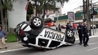 Viatura da Polícia Militar capota na Avenida Desembargador Moreira em Fortaleza