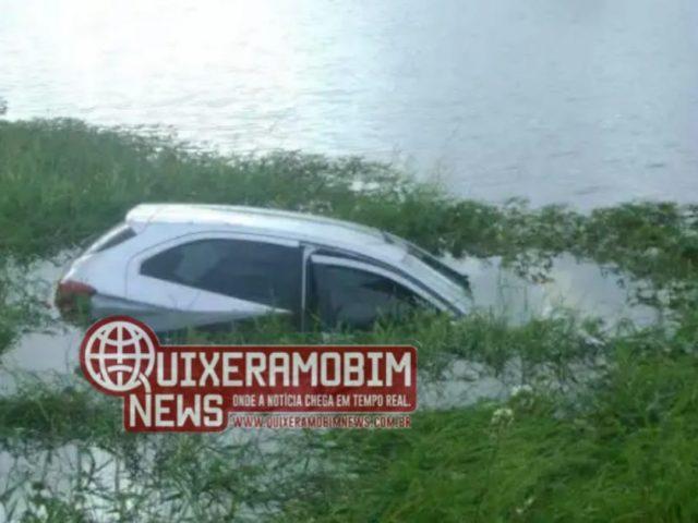 Veículo perde o controle após passar por um buraco e cai em um açude em Ibaretama