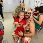 Pai viúvo se veste de mulher para comemorar Dia das Mães com a filha