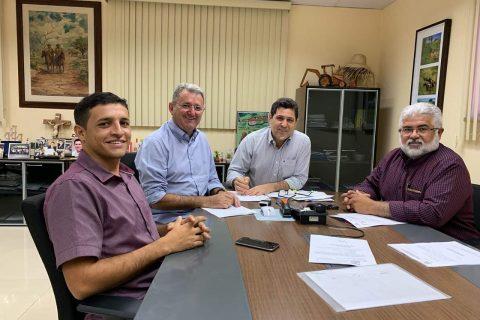 O Prefeito Clébio Pavone esteve reunido com o Secretário de Desenvolvimento Agrário do Estado De Assis Diniz debatendo parcerias e planejando ações a serem implantadas no município