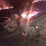 Veículo capotado pega fogo e é destruído pelas chamas na zona rural de Quixadá