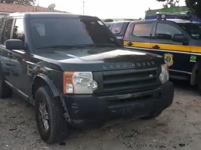 Polícia Rodoviária Federal apreende carro de luxo com 110 multas em aberto, em Fortaleza