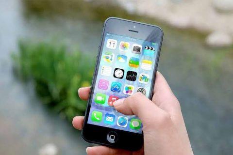 Dupla supostamente armada realiza roubo de celular em Quixadá