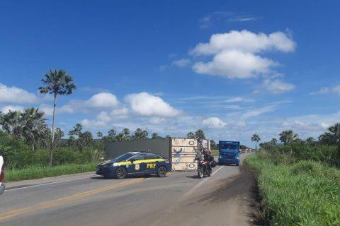 Caminhão tomba e causa mais de 10 km de congestionamento na BR-222, em Caucaia