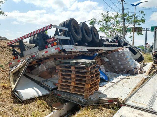 Carreta carregada com frios tomba em vala após desviar de carro em rodovia do Crato