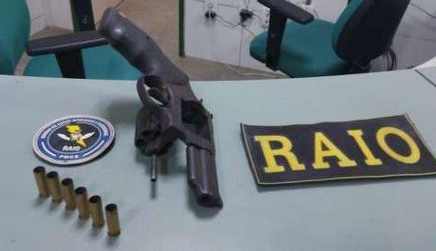 Adolescente é apreendido pela PMCE após efetuar disparos em via pública em Canindé