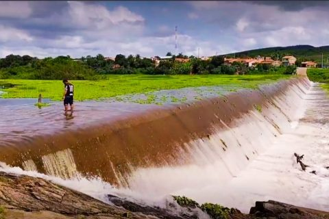 Veja o vídeo: Barragem da Barrinha sangra em Saboeiro nesta quarta-feira 04/03/2021
