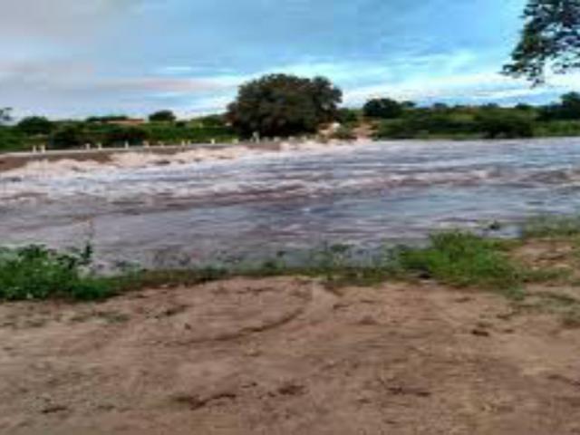 Veja o vídeo: Passagem molhada do Poço da Pedra em Quixeramobim está transbordando