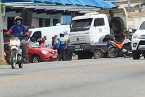 Veja o Vídeo: Casal é atropelado por uma caçamba na CE-060 em Quixeramobim